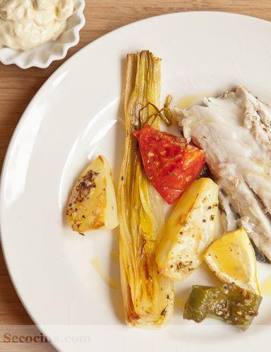 Lubina asada con verduras, mostaza y tomillo