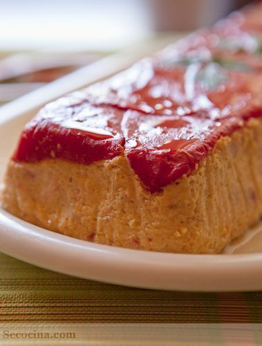 Pastel de salmón y calabacín con pimientos de piquillo