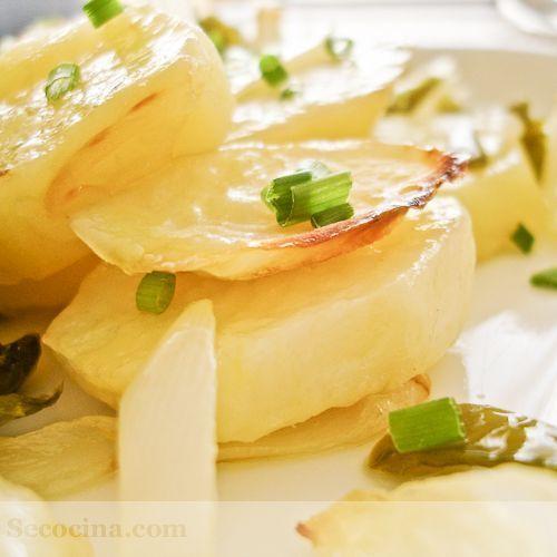 Patatas nuevas asadas con pimiento y cebolla