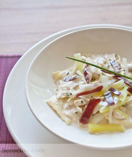 Ravioli de pera con pollo, puerro y jamón de pato