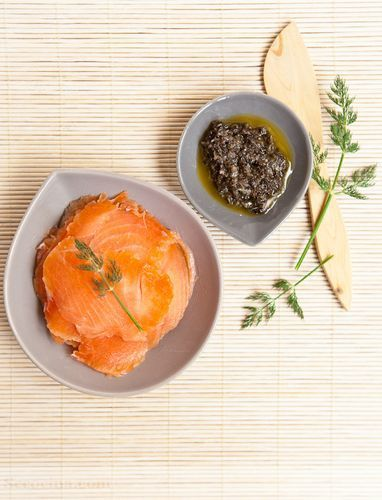 Salmón marinado al eneldo con salsa de aceitunas