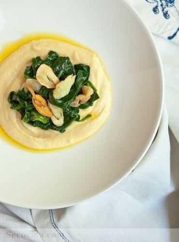 Hummus con espinacas y bacalao