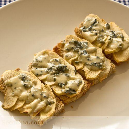 Canapés de manzana y queso azul