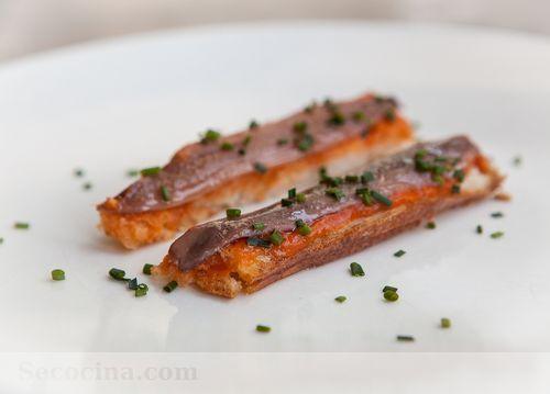 chapata anchoas y tomates asados