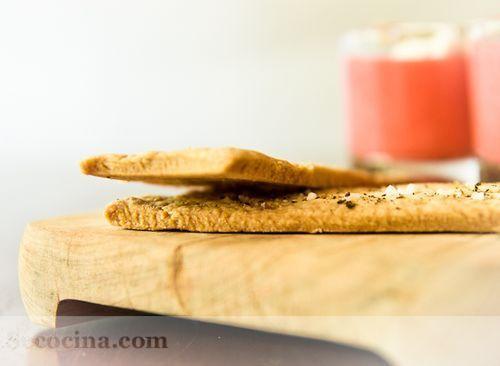 Crema de fresón y tomate con cracker de pimienta