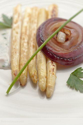 Espárragos blancos y cebolla a la plancha con salsa de pan y hierbas