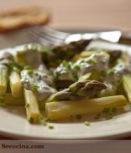Espárragos verdes al vapor con salsa de queso y hierbas