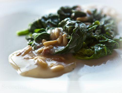 Espinacas con salsa de piñones y anchoas