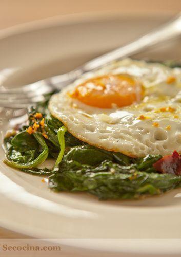 Espinacas salteadas con salsa de soja y huevo