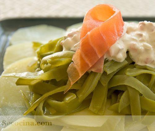 Ensalada de patata y judías verdes con trucha ahumada