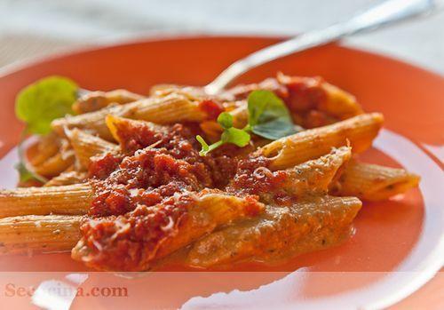 Macarrones gratinados con pesto y tomate