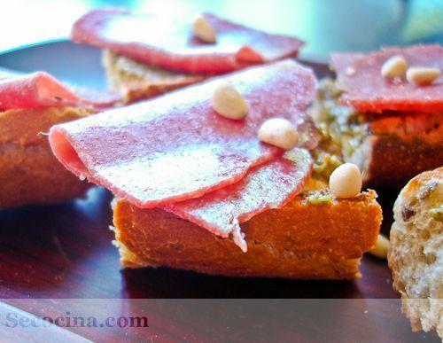 Pinchos de salami con pesto