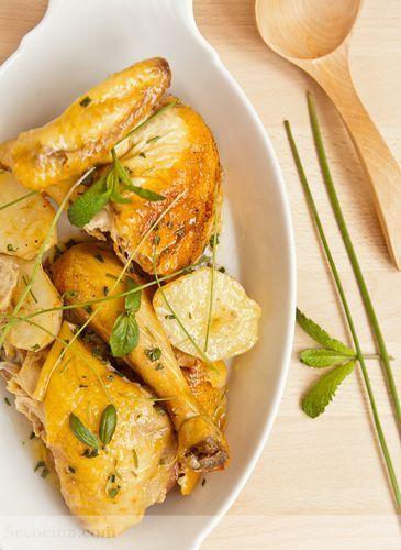Pollo de corral asado con patatas y hierbas frescas