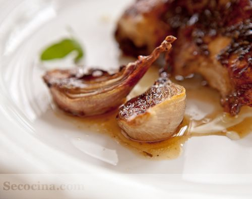 Pollo al horno con miel y chalotas