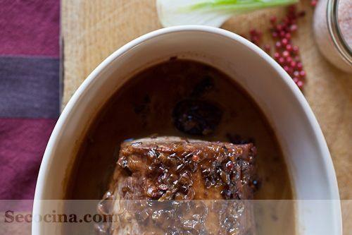Redondo de ternera con salsa de vino tinto y ciruelas