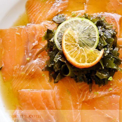 Salmón marinado con lima y wakame