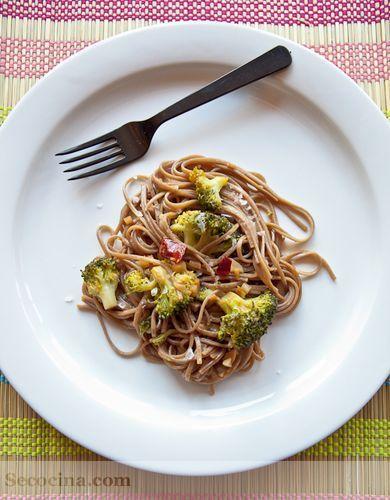 Fideos soba con brócoli al ajillo