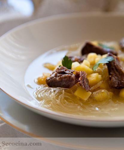 Sopa de rabo de ternera con manzana y fideos de soja