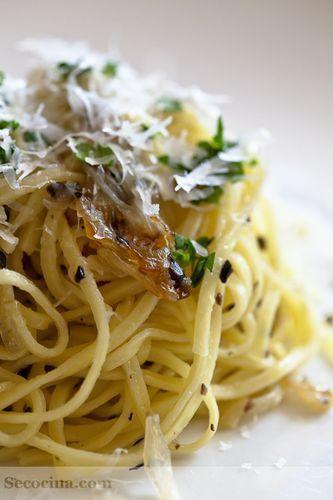 Tagliolini con cebollas y aceitunas negras